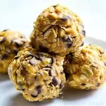 Peanut Butter Energy Balls | If your kids play sports you're probably always looking for healthy snack for sports. These easy peanut butter energy balls are packed full of protein and a few delicious chocolate chips to help keep your kid's energy up when they play sports. This easy sports snack recipe for kids will keep the whole team happy!