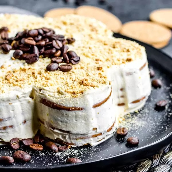 bolo de bolacha biscuit cake decorated with coffee beans