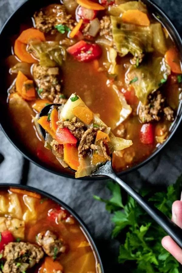 cucchiaio colmo di Instant Pot Cabbage Roll Soup