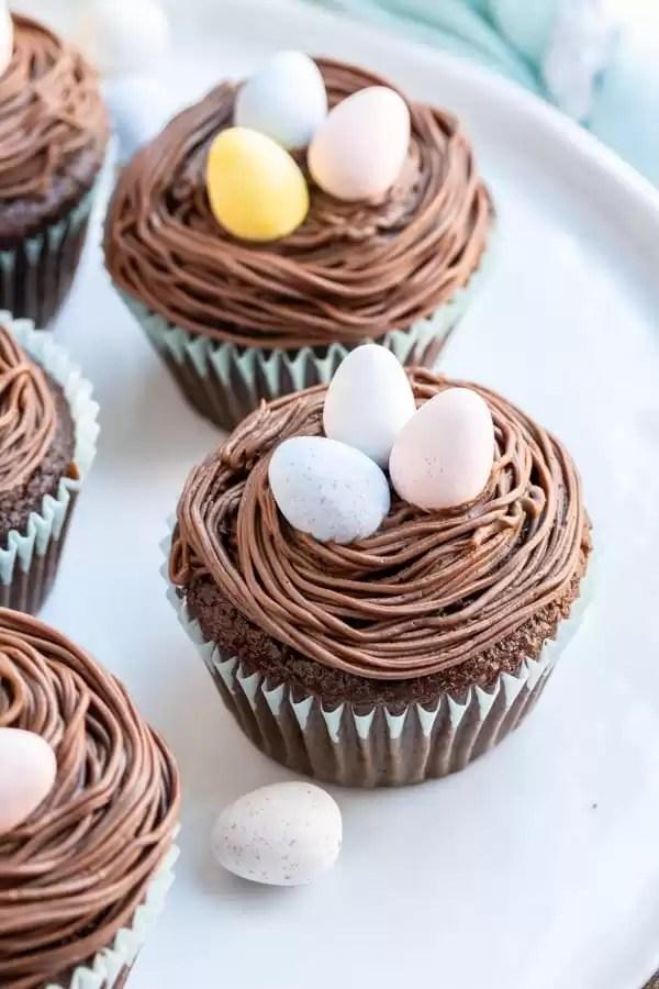 Nido de pájaro Cupcakes de Pascua en un plato para el postre de Pascua