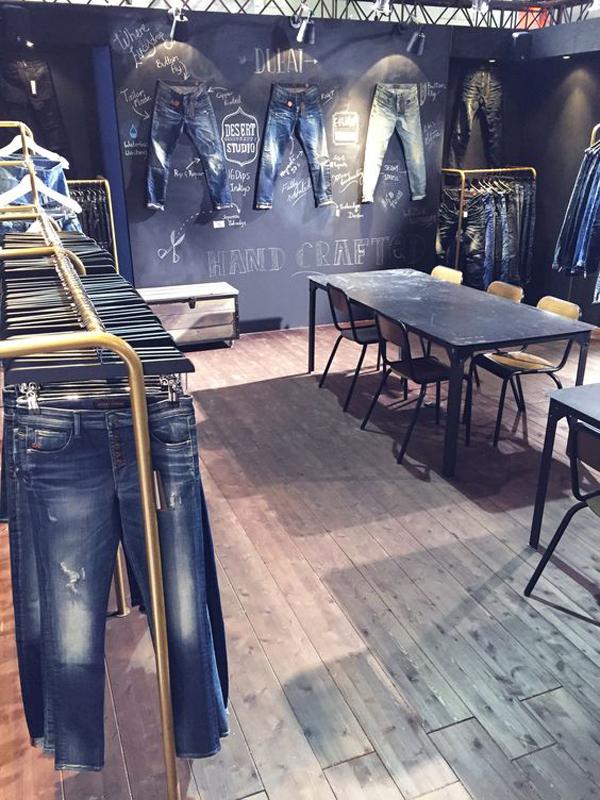 Jewellery Showroom Interior Decorating Ideas