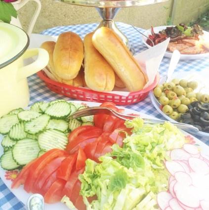 garnitures sandwich concombre tomate salade radis olives pains à hotdog