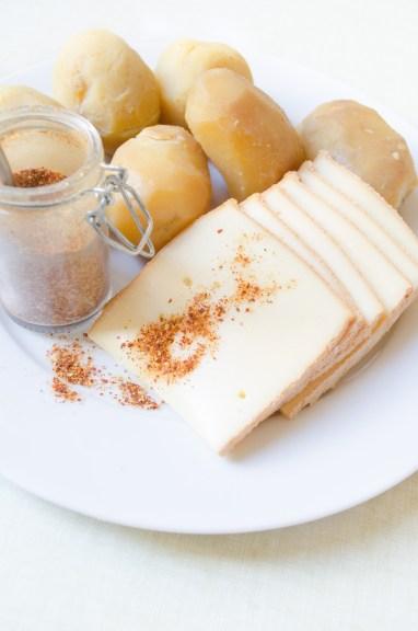 pommes-de-terre-roseval-annabelle-fromage-a-raclette-piment-despelette