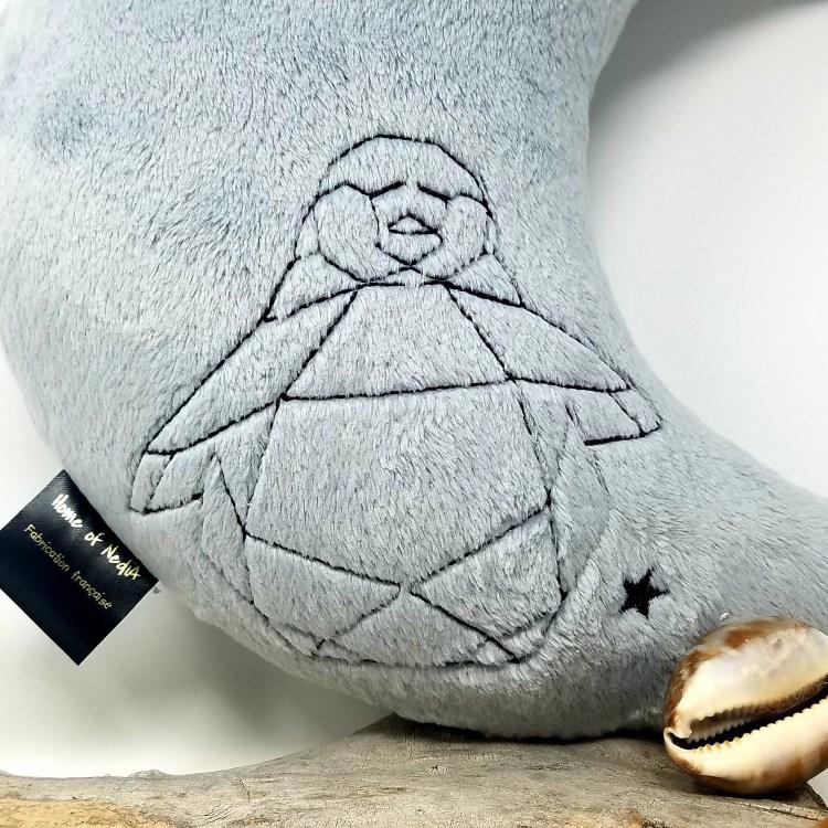 Coussin lune gris brodé pingouin détail