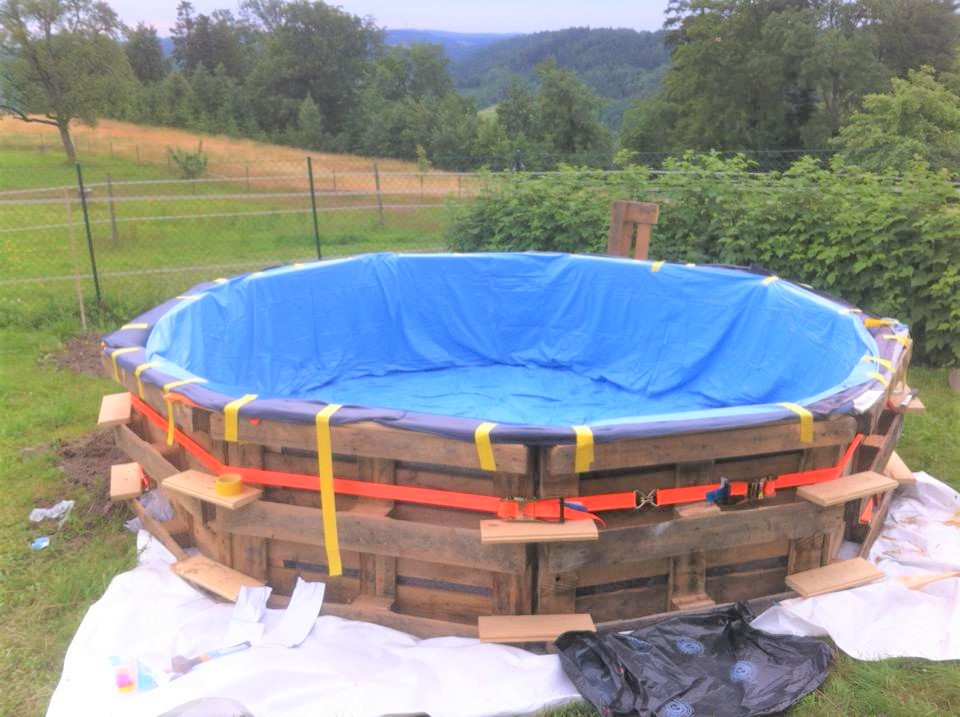 5 geniuses who built their own diy above ground swimming for Swimmingpool verkleidung