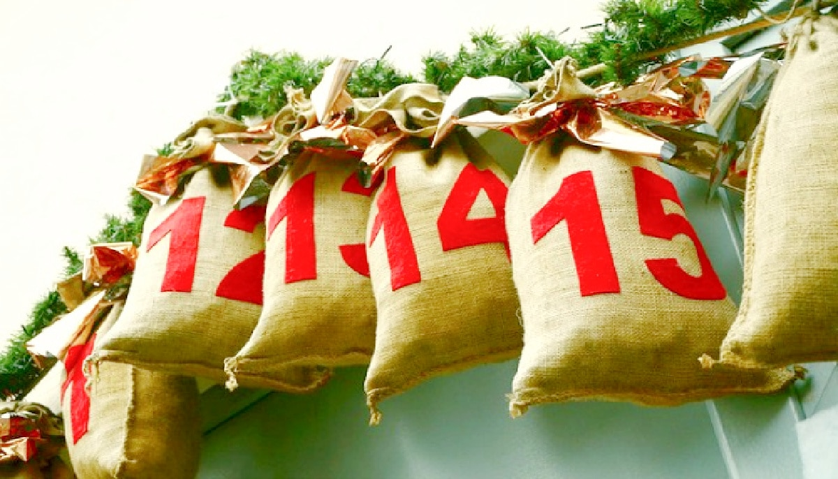 Ideas for DIY Advent Calendar small burlap bags with advent countdown numbers