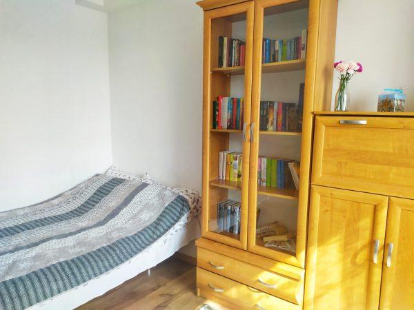 pokój do wynajęcia, łóżko, biblioteczka