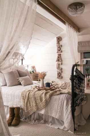 Farmhouse style master bedroom decoration ideas (43)