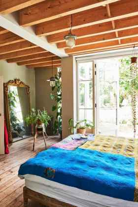 Warm and cozy bohemian master bedroom decor ideas (14)