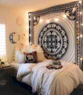 Warm and cozy bohemian master bedroom decor ideas (3)