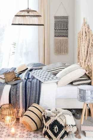 Warm and cozy bohemian master bedroom decor ideas (55)