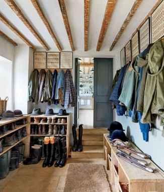 Farmhouse entryway mudroom ideas (49)