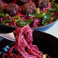 Pink ist in! Scharfe Meerrettich-Pasta mit Bohnen-Bällchen, glutenfrei