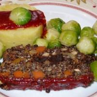 Linsen-Quinoa-Braten gefüllt mit Dörrobst und scharfer Glacé