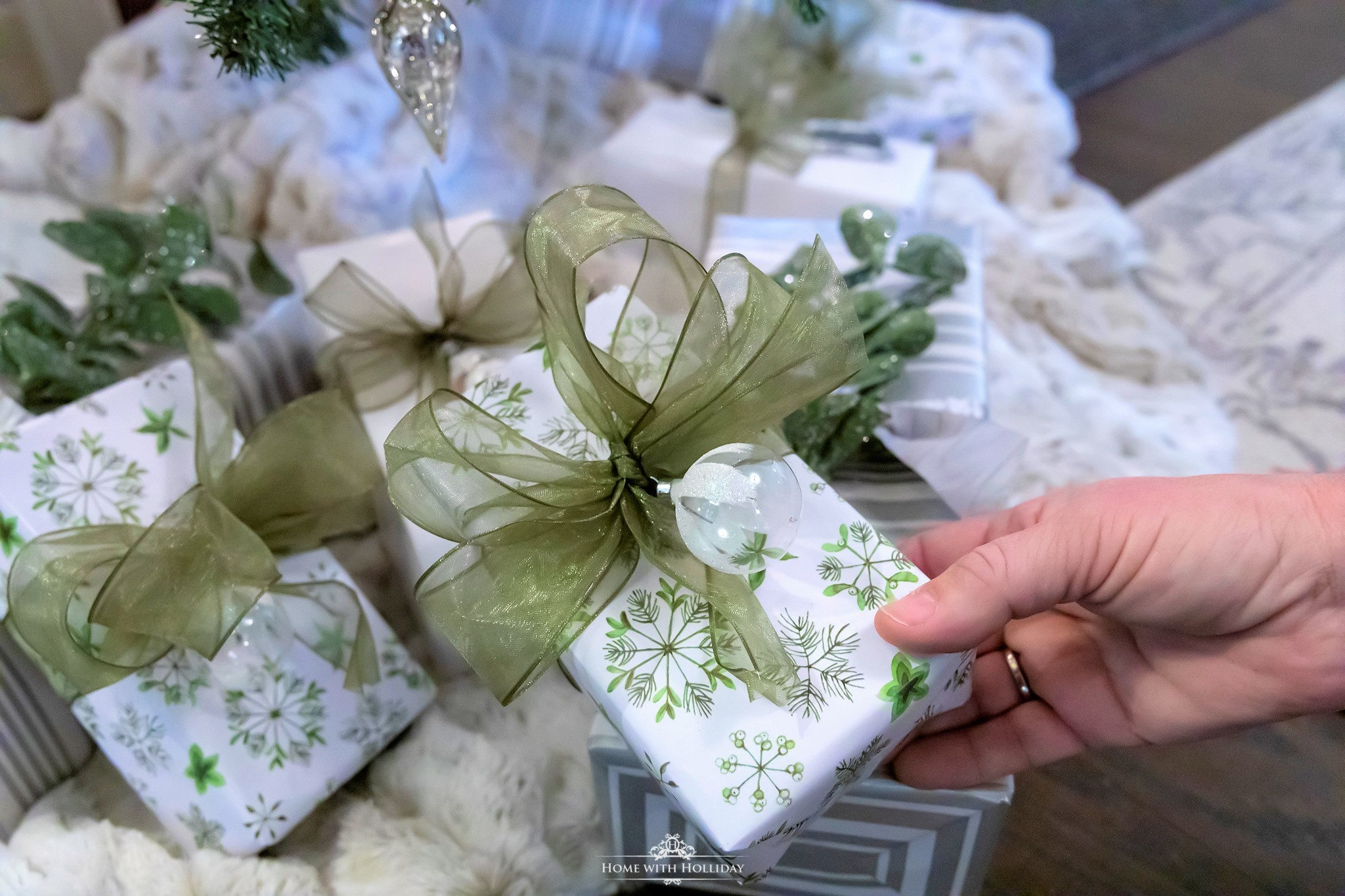 Gift wrapping ideas for my Green and White Winter Christmas Tree - Home with Holliday