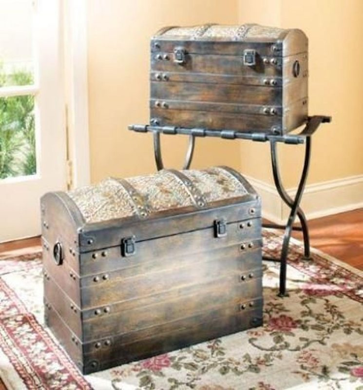20+ Ideas to Decorate Your House with Vintage Chests and Trunks - TRENDECORS