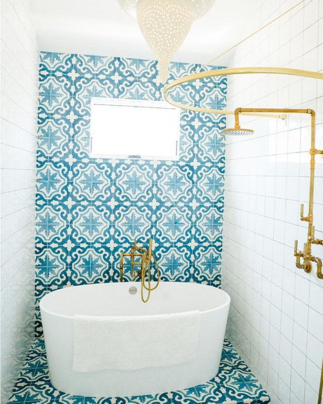 """Victoria + Albert sur Twitter : """"Our #WednesdayWonder is this unique Huntington Beach project by Leanne Ford Interiors. Beautiful blue Moroccan tiles frame the compact ios bath in this child's bathroom, paired"""