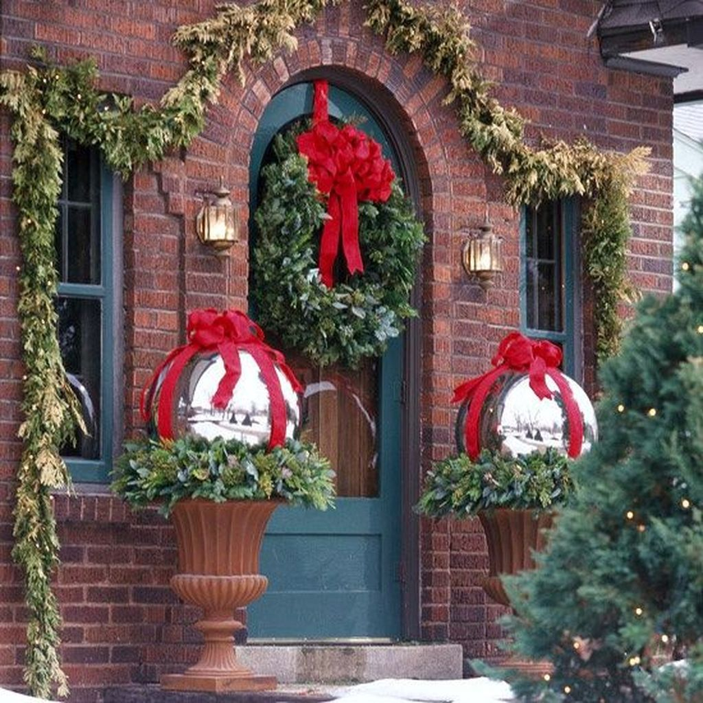 Amazing Outdoor Christmas Ideas For Porch Décor39