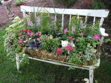 Amazing Ideas For Vintage Garden Decorations For Your Inspiration04