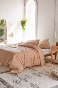 Simple Bedroom Decorating Ideas That Feel Spacious17