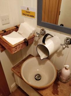 Vintage Farmhouse Bathroom Decor Design Ideas28