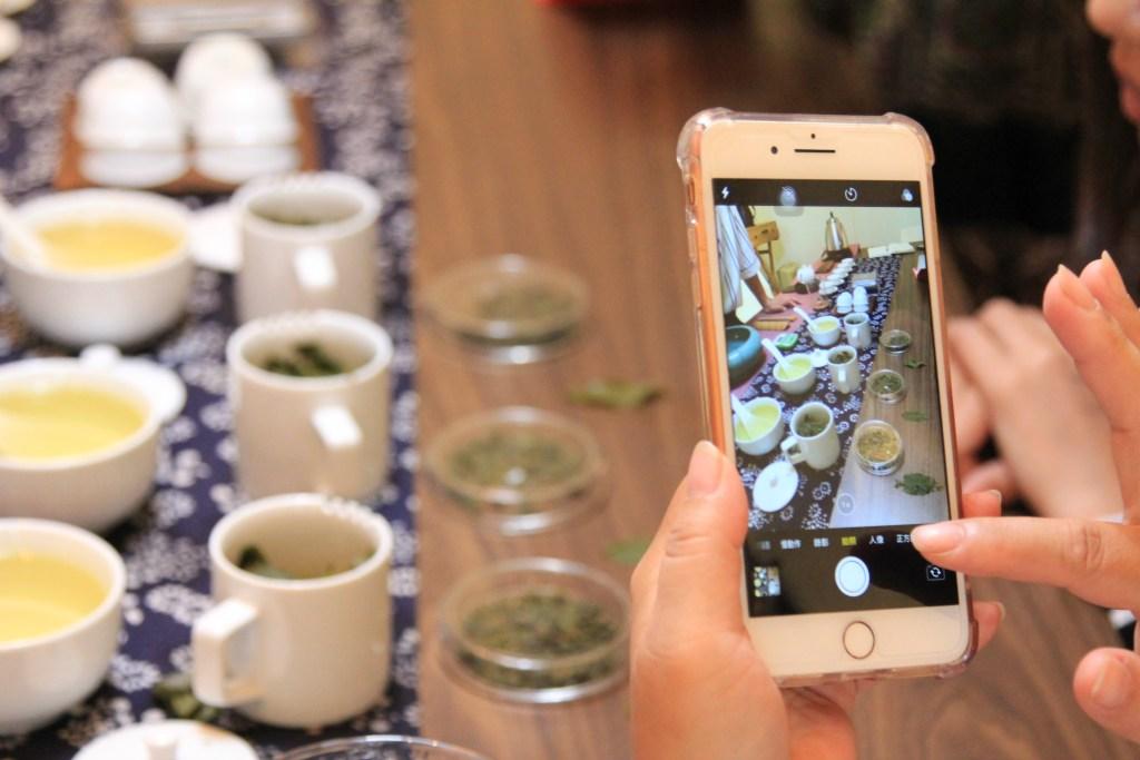 用手機紀錄品茶文化