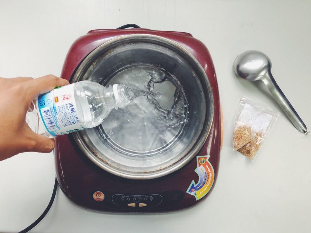自來水煮過放涼,要有礦物質的水才能凝結愛玉
