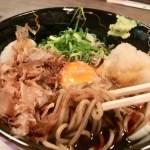 「御堂そば」関西では珍しい濃いめの汁に大根おろしと卵を絡めて食べる看板メニュー