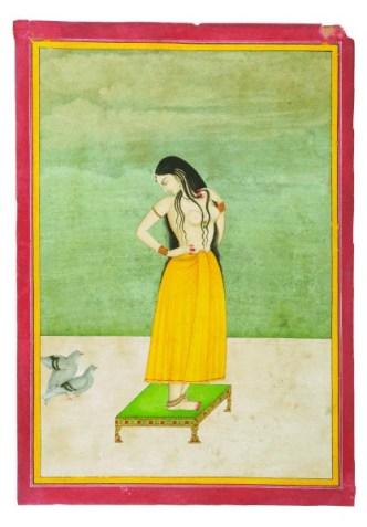 Jeune femme sur une table basse.