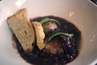 œuf plein air réduction de pinot noir, oignons confit et lard