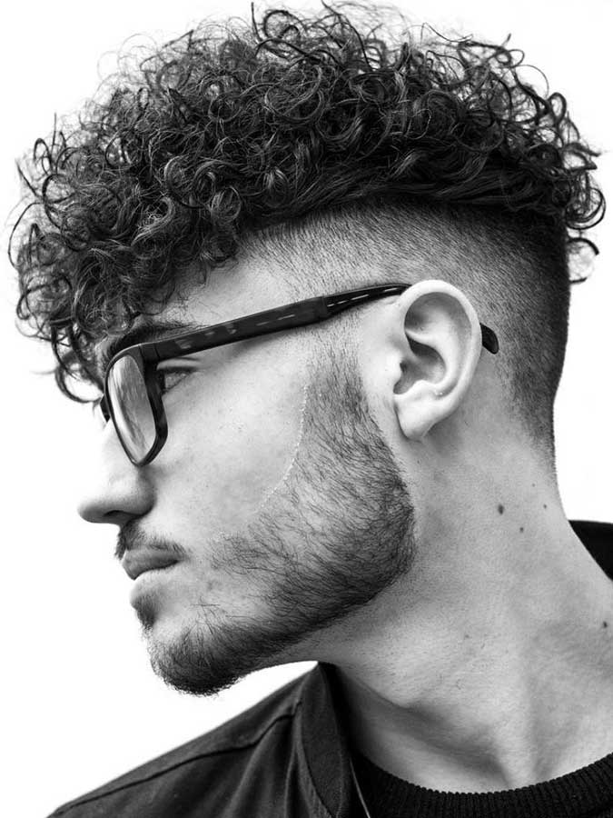 Coiffures Cheveux Bouclés pour Homme Boucles dégragées avec undercut