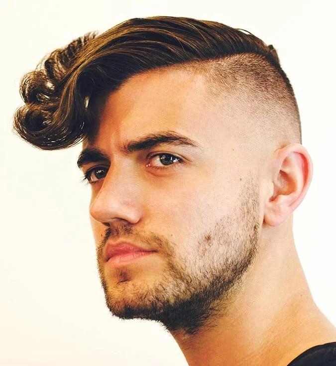 Coiffures Cheveux Bouclés pour Homme Undercut déconnecté et rabattu latéralement