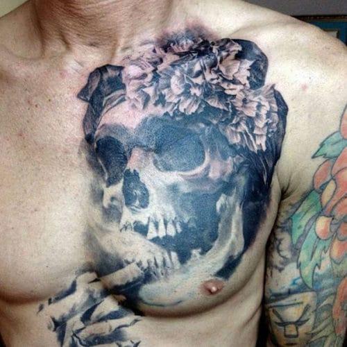 Tatouages sur le torse du crâne