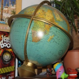 Globus vor dem Spieleregal