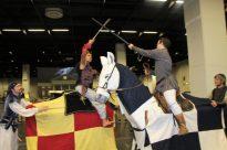 Aladdin auf Streitross gegen anderen Reiter kämpfend