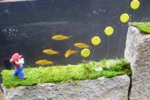 Aquarium mit Fischen und Mario-Figur