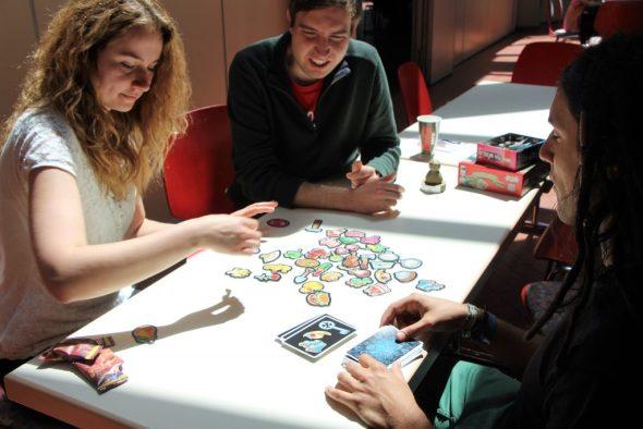 Drei Personen beim Spielen von Déjà-Vu