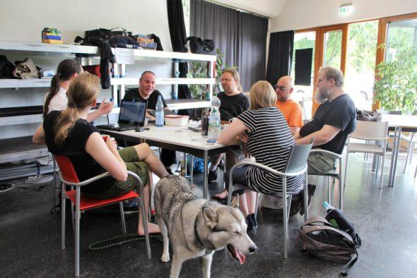 Gruppe spielt Shadowrun, vornedran gähnender Hund