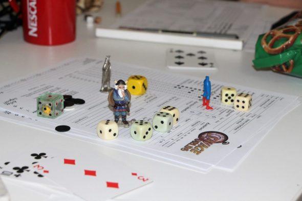 Spielfiguren und Würfel für einen Kampf in Savage Worlds aufgestellt