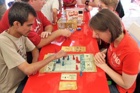 Zwei Menschen spielen Onitama