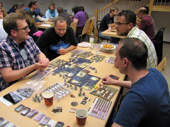 Gruppe spielt einen Dungeoncrawler