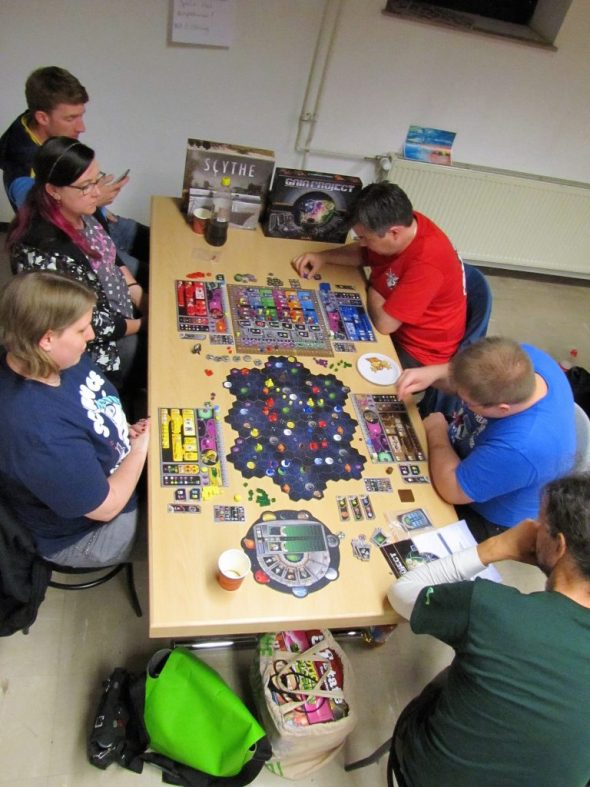 Gruppe spielt Gaia Project
