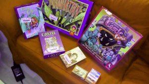 Flohmarktausbeite: 7 Spiele auf der Couch ausgebreitet