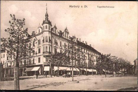 Vogalna stavba Partizanska-Prešernova leta 1909. Arhitektura na strehi je danes drugačna.