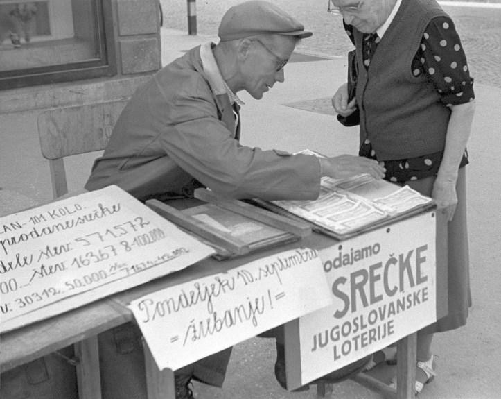 Prodajalec_srečk_Jugoslovanske_loterije_1956