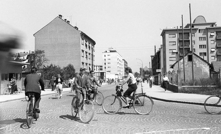 Promet_na_križišču_ulice_Moše_Pijada_in_Gorkega_1960_(3)