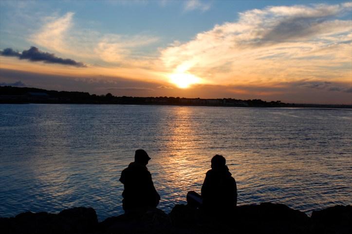 kisscc0-sunset-dawn-couple-dusk-silhouette-people-5afd5ac3e832f8.7498366515265532839511