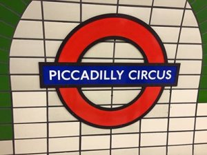 Σύμβολο Piccadilly Circus από τη Wikimedia Commons (Darkpurplemoney) (Own work) [CC BY-SA 4.0]