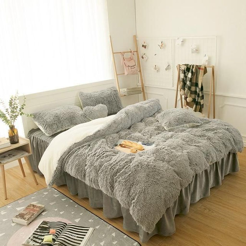 Amazing Winter Bedding Ideas To Get A Cozy Bedroom 22