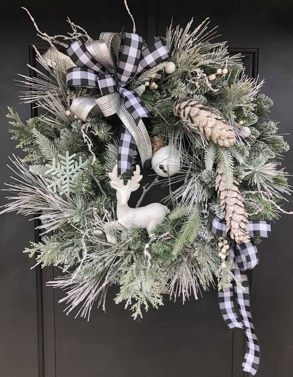 Awesome Winter Door Wreaths You Can Try This Season 15